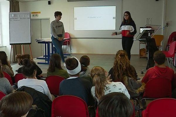 Des élèves échangent autour du harcèelement scolaire au collège Eugène Fromentin à La Rochelle