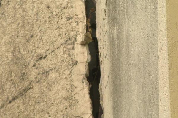 Les piliers de béton soutenant la structure de la piscine de Guéret sont en piteux état