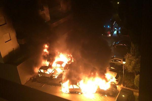 13/03/15 - Une douzaine de voitures ont été incendiées dans la nuit de jeudi à vendredi, comme ici à Bastia