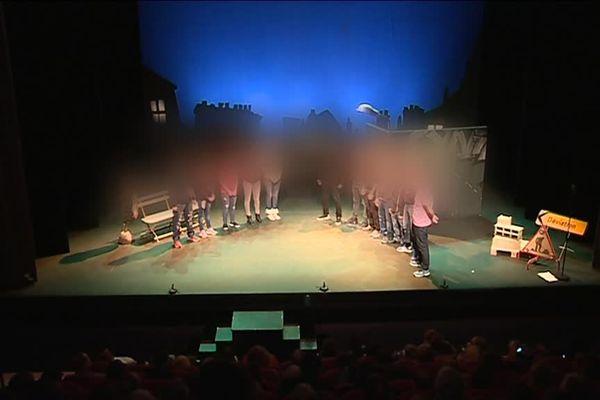 Douze détenus sur la scène du théâtre des Feuillants en novembre 2018