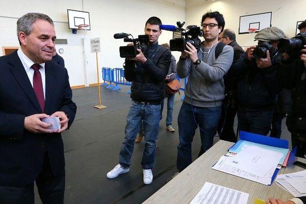 Xavier Bertrand a voté à Saint Quentin sous les yeux de nombreux journalistes