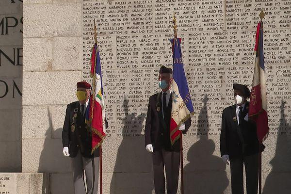 Nice, 8 mai 2021 : masqués, les anciens combattants ont tenu à être présents pour porter les couleurs de leur régiment.