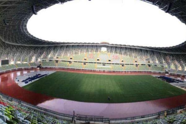 Le Wai-Tong Stadium et ses 27 000 places, pas mal pour une D2 !