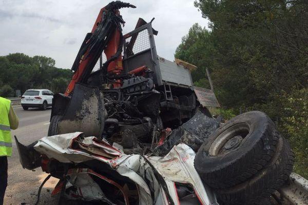 La carcasse d'un camion suite à un accident mortel survenu sur l'A8 dans le Var en 2018.