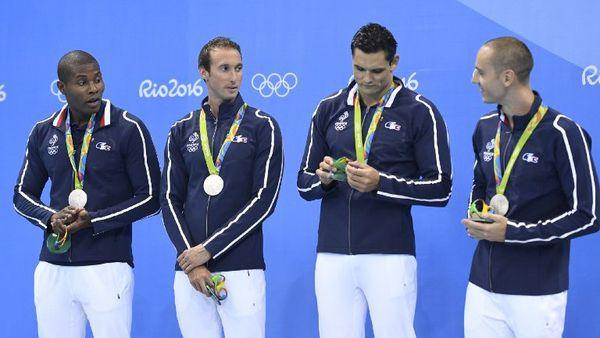 Fabien Gilot (2e en partant de la gauche) médaillé d'argent en relais 4x100.