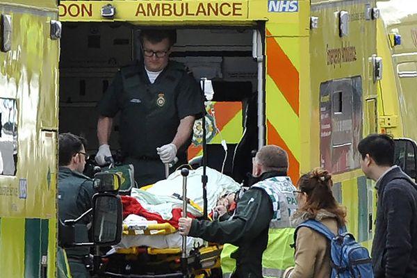 Evacuation d'un blessé sur le pont de Westminster à Londres.
