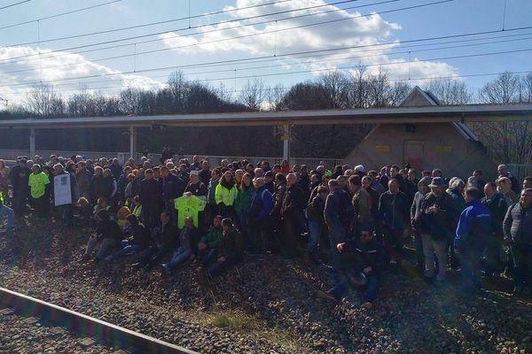 Entre 150 et 200 salariés d'Arjowiggings (Bessé-sur-Braye) ont occupé les voies de la gare de Vendôme de 11h15 à 16h15 ce lundi 25 mars 2019