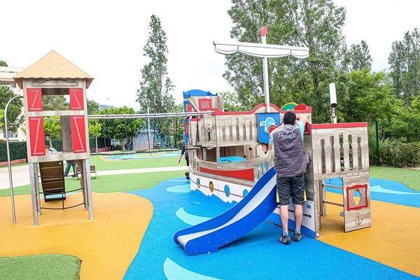 Un agent de la ville de Mandelieu en train de désinfecter un parc pour enfant de la ville.