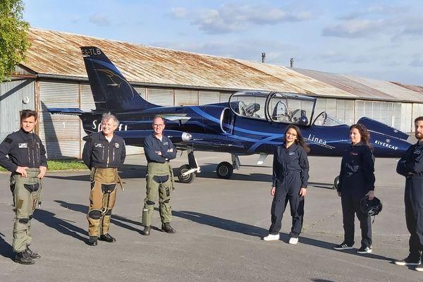 Les pilotes de Sparflex et les trois soignants, juste avant le vol, le 11 mai.