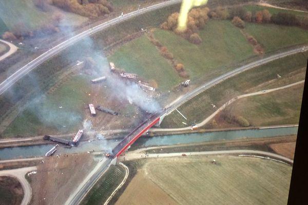 Une vue aérienne de l'accident