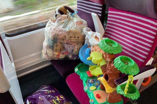 Peluches et jeux ont pris place dans un train à la suite d'une grande collecte solidaire lancée par la SNCF