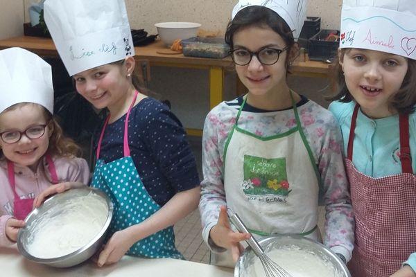 """Préparation d'un gâteau par les enfants du défi """"Familles à alimentation positive"""""""