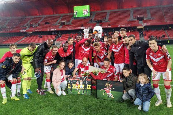 Les Valenciennois ont célébré leur maintien, ainsi que Sébastien Roudet et Johann Ramaré dont c'était le dernier match au Stade du Hainaut.