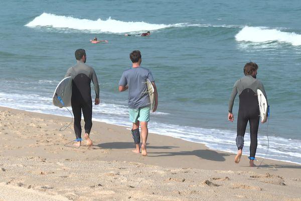Les surfeurs de l'association Surfrider foundation ont placés des capteurs autour de leurs mollets pour analyser la pollution de l'océan. Des tests sont effectués à Biarritz, 19 juillet 2021.