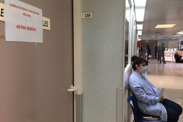 Au centre de vaccination de Pellegrin, une salle est réservée au personnel du CHU.