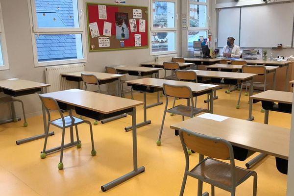 Le protocole sanitaire est très lourd à respecter dans tous les établissements scolaires avec port du masque obligatoire pour les enseignants et les élèves à partir du collège.