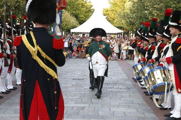 La relève de la garde impériale, tous les jeudis soir d'été, place de la mairie à Ajaccio (Corse du Sud).