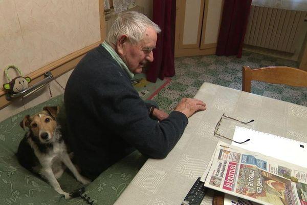 A 93 ans, Bernard Michit est le plus vieux vendeur de journaux de France