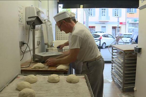 Les boulangers qui peinent à recruter ont peur de voir leur savoir faire disparaître.