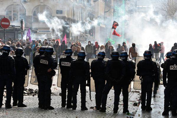 Le 31 mai 2016 pendant la manifestation contre la Loi travail. C'est ce jour-là qu'un syndicaliste aurait été frappé à terre, par un policier.