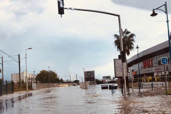 Ce dimanche 3 novembre, les chaussées sont souvent partiellement inondées après le passage de la tempête Amélie.