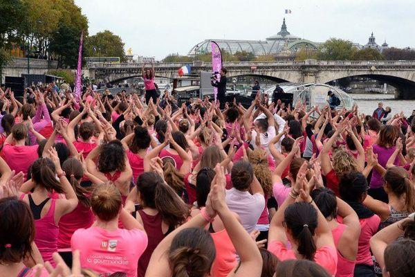 Une Zumba géante était organiséeà Paris ce dimanche pour soutenir la bataille contre le cancer du sein.