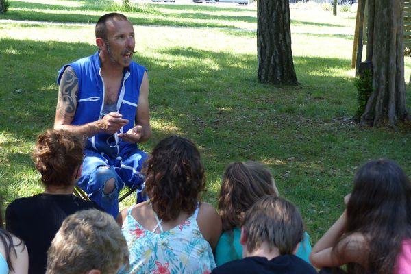 Nicolas Moreau de la compagnie Chicken Street discute avec son public.