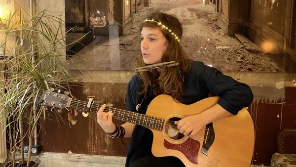 Louise, sa guirlande lumineuse et sa guitare.