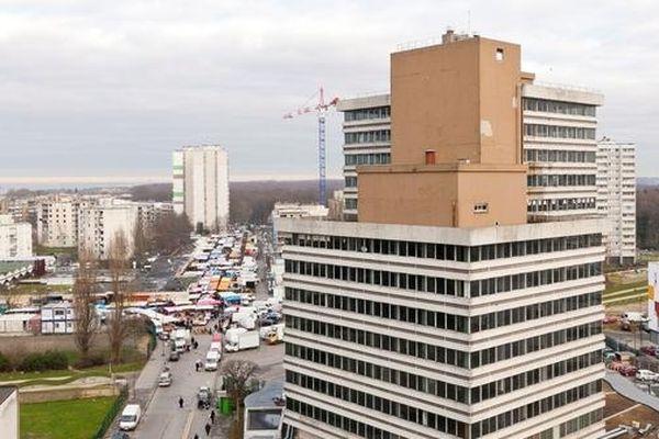 La tour Utrillo se situe à la frontière des villes de Clichy-sous-Bois et Montfermeil, à proximité du marché Anatole-France et du stade Henri-Vidal.