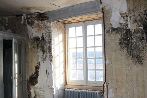 Une des chambres du château où les champignons lignivores se développent avec le froid et l'humidité.