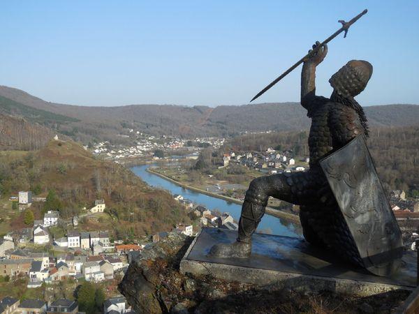 Ce chevalier imaginaire symbolise la lutte contre l'injustice, réalisé par Eric Sleziak, sculpteur originaire de Bogny-sur-Meuse, créateur de Woinic.