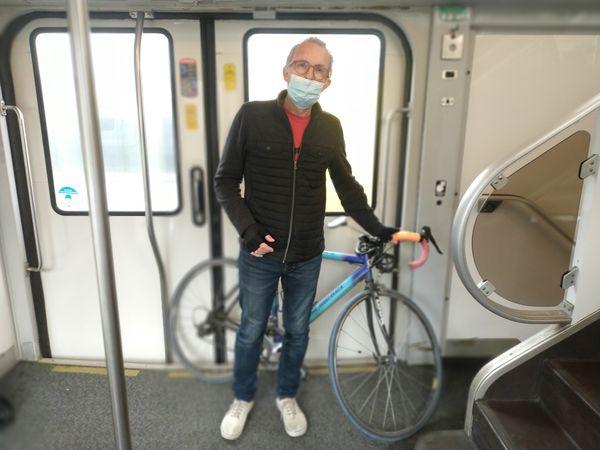 """""""Il y a des trains que je ne prends pas avec mon vélo."""" Henri Malvoisin, habitant de Douai et artisan coiffeur à domicile à Arras, se déplace chez les gens avec son vélo. Mais aux heures de pointes, les places manquent dans les TER selon lui."""
