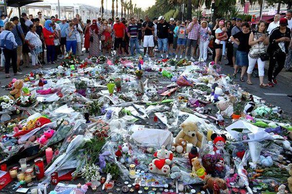 Les hommages se multiplient sur la Promenade des Anglais à Nice.