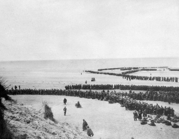 Des soldats britanniques attendant leur rembarquement sur une plage dunkerquoise.