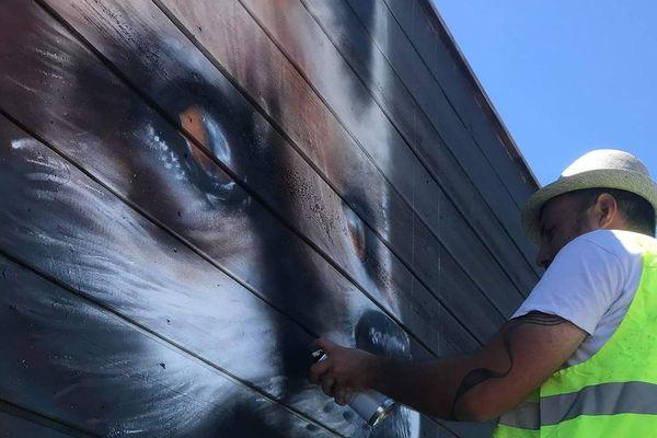 Bertrand Parse peint un renard roux. Il lui a fallu une matinée pour le faire.