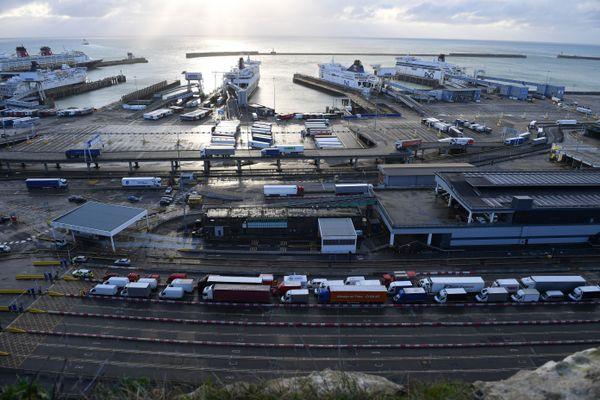 Des centaines et des centaines de poids lourds sont toujours bloqués aux alentours de Douvres, en ce vendredi de Noël.