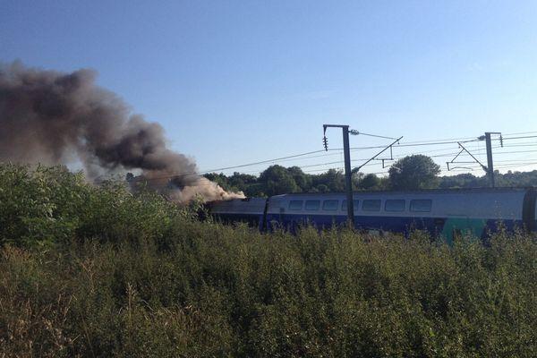 La motrice d'un TGV reliant Paris et Marseille a pris feu vendredi.