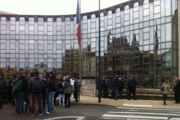 Les lycéens de Jehan de Beauce devant la préfecture à Chartres