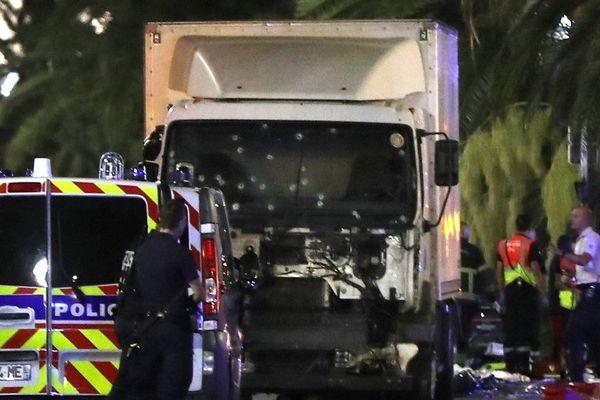 Le camion utilisé par l'auteur de l'attentat de Nice immobilisé grâce à l'action des forces de l'ordre.