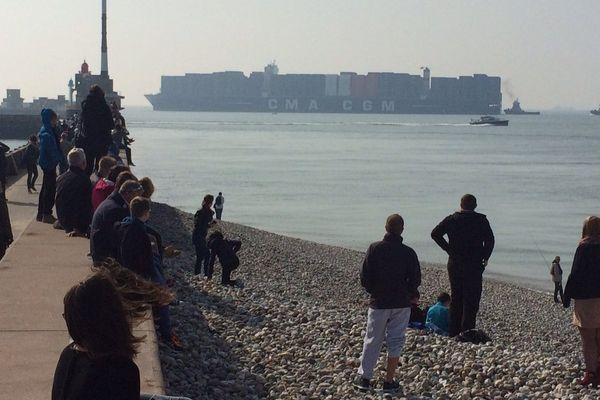 Le géant des mers à l'entrée du port autonome du Havre.