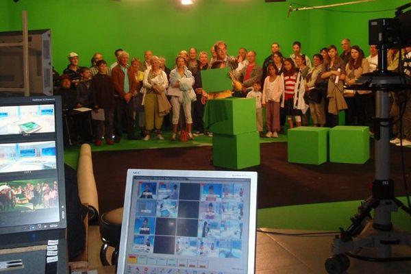 Dans les studios de France 3 Bretagne, les visiteurs découvrent les coulisses des tournages des émissions.