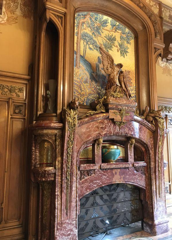 La cheminée de la salle à manger. On peut imaginer que les aigles enlacés font allusion au couple.