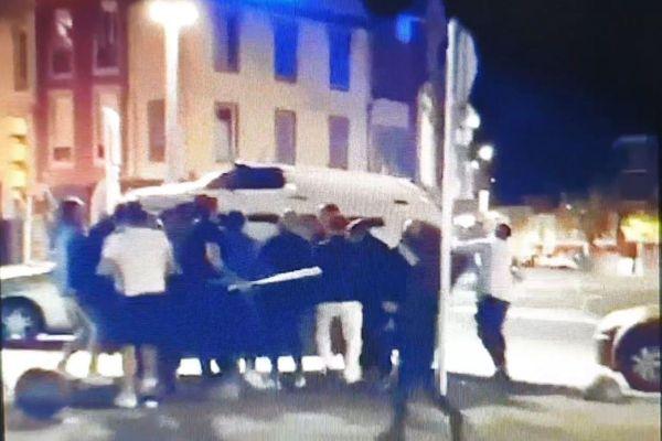 Des individus s'en prennent à un véhicule stationné Place de Verdun à Tarbes.