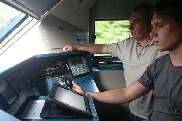 Jean-Michel est aux manettes du TER Picardie à destination de Compiègne, sous l'œil de David, son conducteur moniteur.