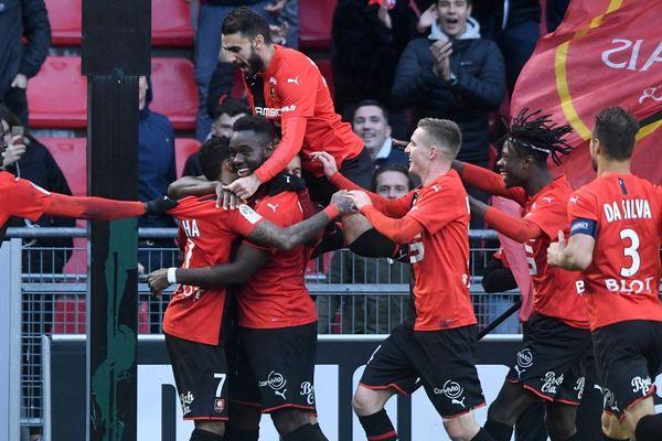Les joueurs du Stade Rennais fêtent le but de leur coéquipier Raphina
