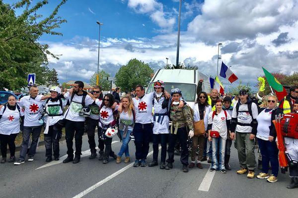 Les Street medics, des volontaires qui fournissent des soins médicaux lors de manifestations, se rassemblent samedi 4 mai à Montluçon, dans l'Allier.