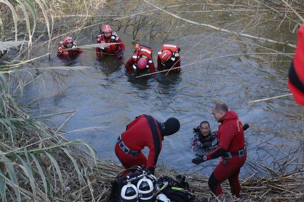 ARCHIVES - Des pompiers sondent le fleuve Bevinco sur la commune de Biguglia (Haute-Corse) à la recherche d'un automobiliste porté disparu