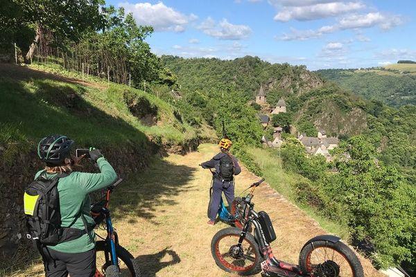 Dans le Cantal, le centre équestre du pays de Maurs propose plusieurs parcours en trottinette électrique afin de découvrir les paysages alentours.