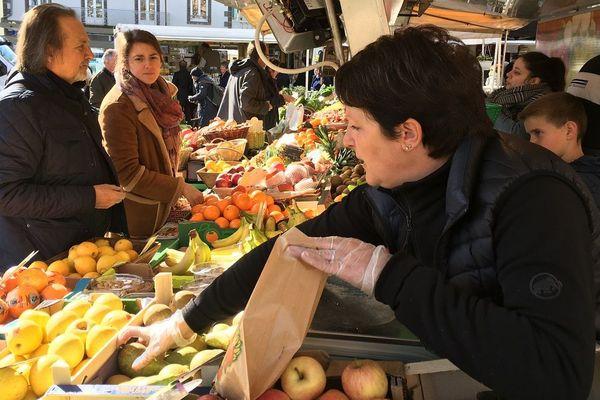 Les marchés ont été interdit en France, sauf dérogation, le 24 mars dernier pour endiguer l'épidémie Covid-19.