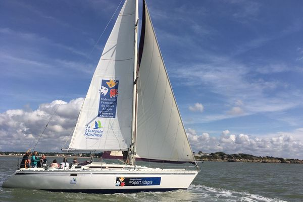 Grâce à ce voilier, l'association propose des sorties de plusieurs jours sur l'estuaire de la Gironde